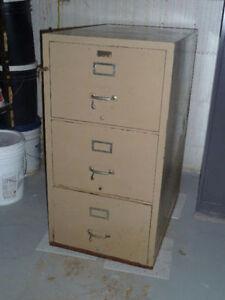 Fireresistant lockable cabinet / Classeur résistant au feu à clé