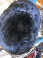 Casquette noire en fourrure de lapin neuve pour femme.