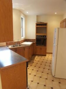 4 bedrooms. ACROSS FROM MCGILL-High ffloor--WI FI AVAILABLE