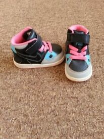 Nike trainers for a little girl, size 3.5, worn only few times