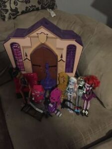 4 monster high dolls with school