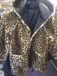 ADORABLE LEATHER COAT REVERSIBLE EXCELLENT CONDITION Kingston Kingston Area image 4