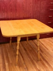 Table pliante en bois massif / Folding Hardwood Table. Only 109$