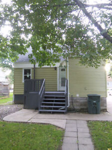 EAST WINDSOR LOCATION. CLEAN AND MOVE IN READY!! Windsor Region Ontario image 8