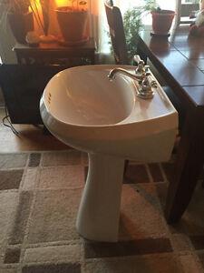 Pedestal Sink in excellent condition