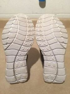 Girls B.U.M Active Running Shoes Size 3 London Ontario image 6