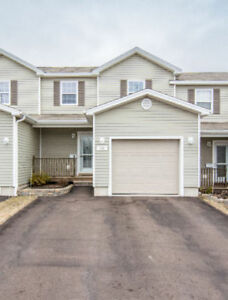 IMMACULATE & PRICED UNDER ASSESSMENT!!