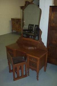 COIFFEUSE ANTIQUE AVEC BANC, ENVIRON 1920-30