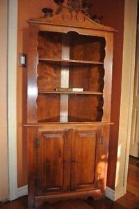 Très beau meuble robuste en bois massif Antique de qualite.