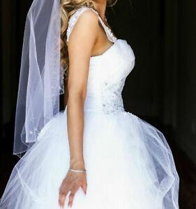 Beautiful Delicate Wedding Veil / Voile de Mariée (High Quality)