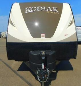 KODIAK 240 BUNKS, U SHAPE TABLE AND KING SIZE BED, AUTO LEVEL