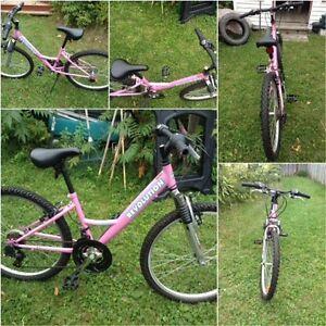 Vélo rose en parfait état
