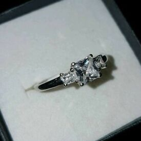 9ct White Gold Princess Ring Sz N 375 3 Stone