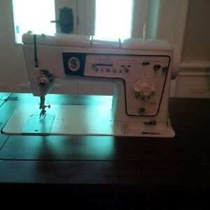 Singer Stylist Sewing Machine with Table/Stool