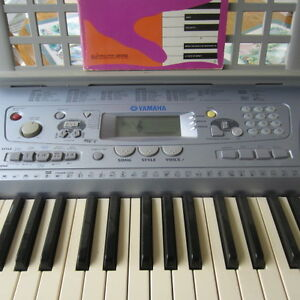 Yamaha PSR273 Electronic keyboard and synthesizer w adapter