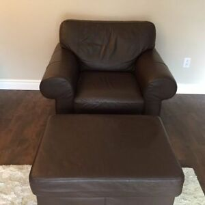Leather Chair and Ottoman / Fauteuil et ottoman en cuir