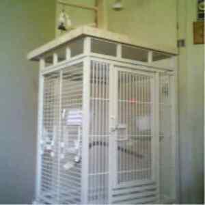 Cage fer forgée avec parc sur le dessue.