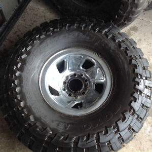 One Toyo Open Country on rim, 90% tread
