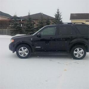 2008 Ford Escape XLT, Sunroof, Heated leather & More!