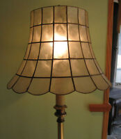 Lampe sur pied avec table - Lamp on a stand with table