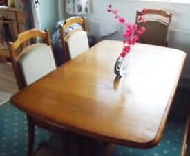 BEAUTIFUL OAK DINING TABLE WHICH EXTENDS PLUS FOUR DINING CHAIRS.