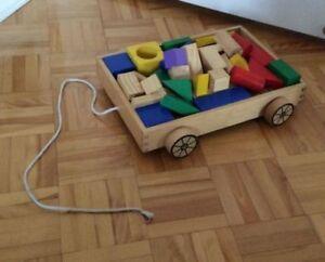 brouette avec plusieurs blocs en bois