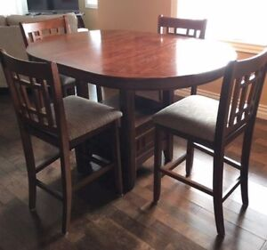 Beautiful Bar Style Dining Room Set (4 chairs + extension)