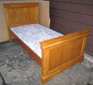 Gorgeous High Solid Wood (hardwood) Single Bed w/free wood slats