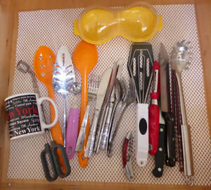 Kitchen items lot (plates, tumbrels, bowls, mugs, knives, etc..) Kitchener / Waterloo Kitchener Area image 1