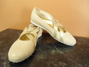 Womens Size 6W Amalfi by Rangoni Ivory Suede Slip On Comfy Shoes NEW