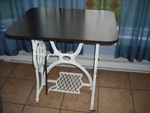 Table d'appoint, base étant un ancien pied de machine à coudre