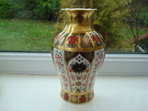 Beautiful Royal Crown Derby Old Imari 1128 Solid Gold Band Vase