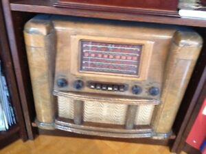 Vintage Multi-Band Canadian Westinghouse Wooden Radio Model 785