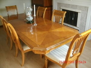 Stunning & Quality Formal Dining set (6 chairs 2 leaves) Ex Cond