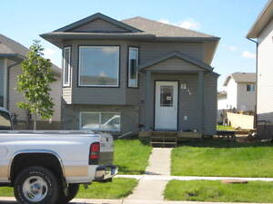 16 Pinnacle Street A (UP) 3 BEDROOM AVAILABLE NOW!