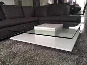 Table de salon contemporaine laquée avec dessus en verre
