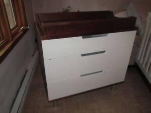 À vendre lit de bébé et armoire table à langer de luxe Oeuf NYC