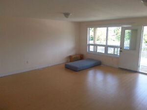 Large room in Bayview & Weldrick fro rent