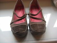 SKETCHERS 'RELAXED FIT' FLAT SHOES - SIZE 8 - AS NEW
