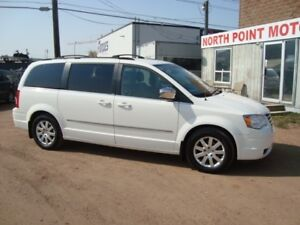 2010 Chrysler Town & Country Touring/ 2 DVDs/ Power Doors