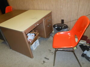 FREE! small/med size desk and 2 chairs London Ontario image 1
