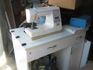 working kenmore sewing machine in stand with attachements