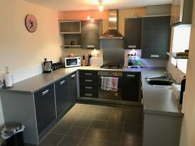 Modern 2 bed apartment with parking