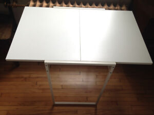 Solid, expandable small table