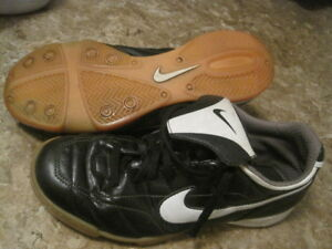 nike indoor soccer shoes size 6 youth