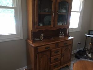 Dining room table, 6 chairs & hutch