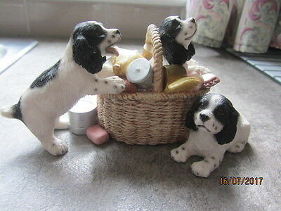 1 x LEONARDO ORNAMENT OF SPRINGER SPANIEL PUPPIES WITH BASKET - DOGS