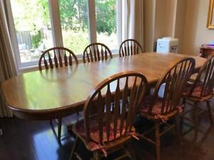 Beautiful Oak Expandable Kitchen/Dining Room Table & 6 Chairs