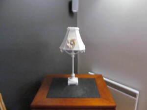 LAMPE BLANCHE (Fleur et guirlande peuvent etre enlevées)