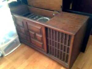 ANTIQUE RECORD PLAYER,Radio FM/AM IN Cabinet built in Speakers